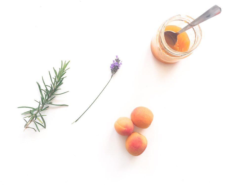 abrikozen-sinaasappeljam met lavendel en rozemarijn