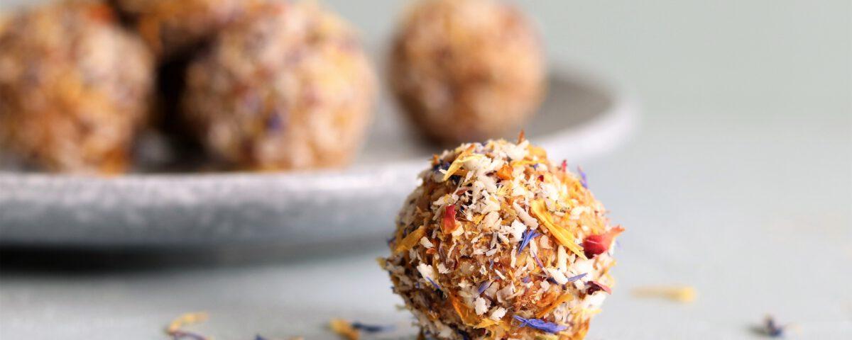 bliss balls met wortel en bloemen