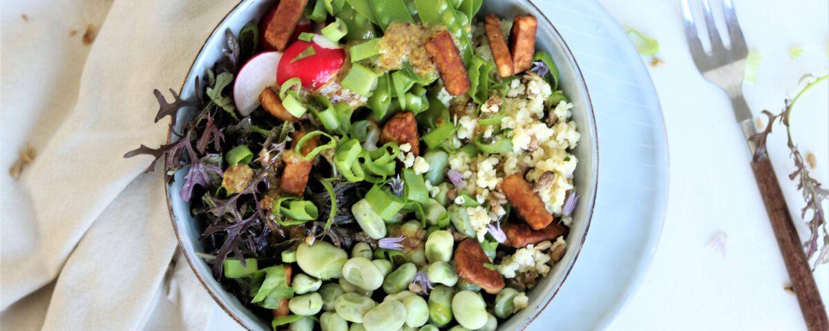 Zomerse bowl met tempeh en tuinbonen