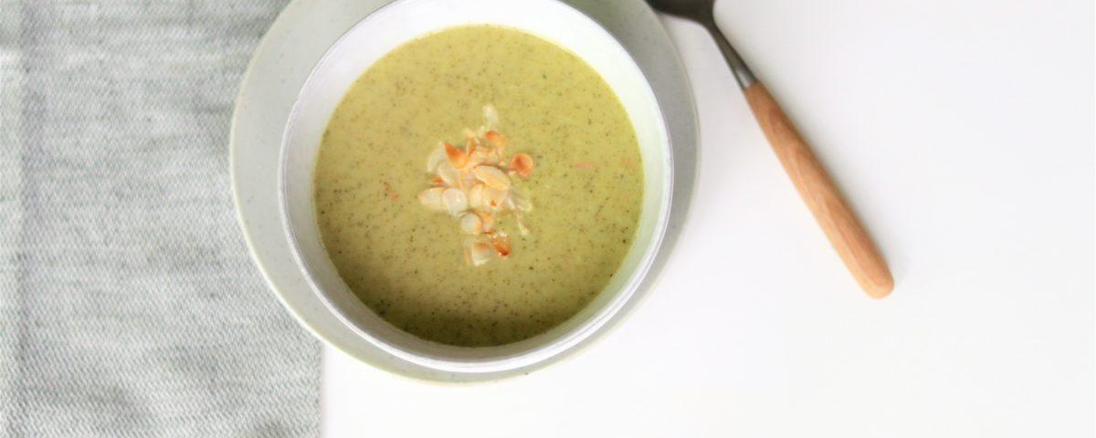 Pittige broccolisoep met amandelen vegan