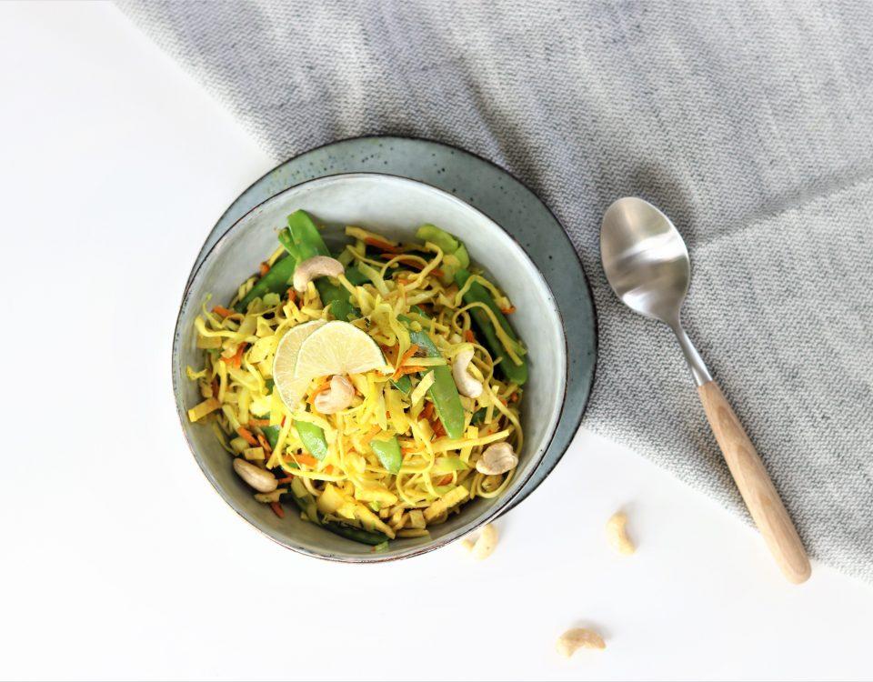 kerrie noodles met spitskool en peultjes