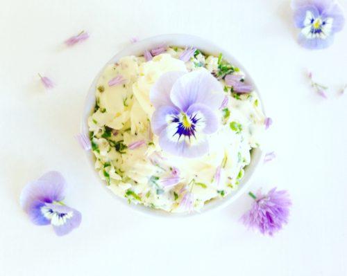 kruidenboter met knoflook en bloemen