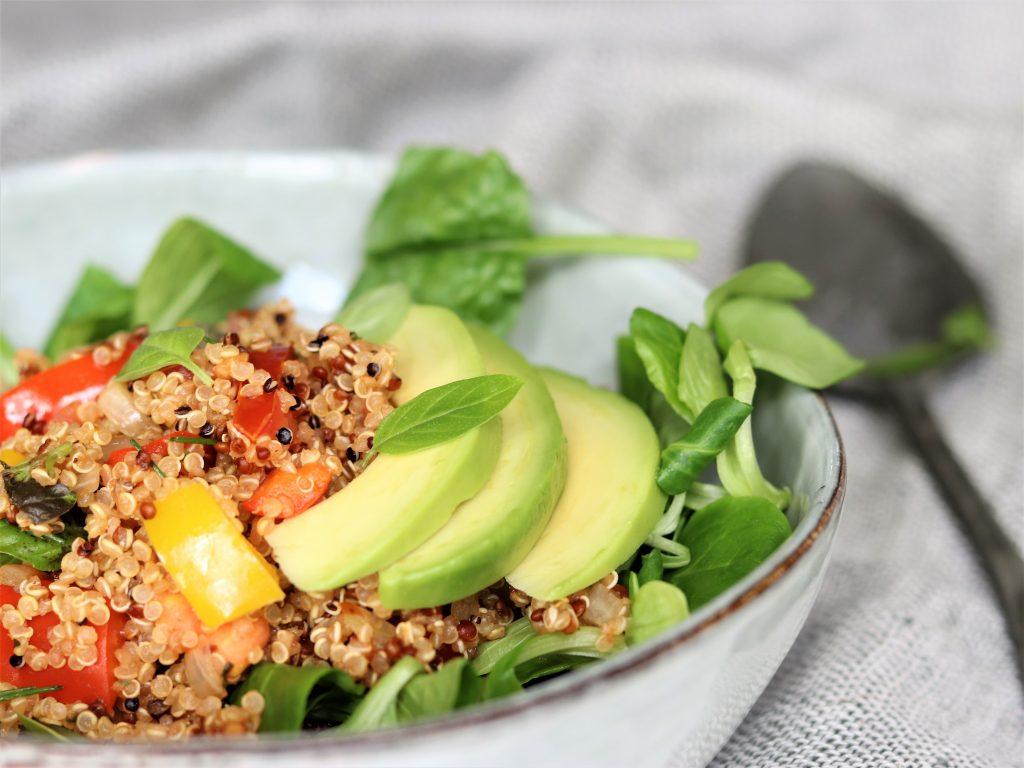 Lauwwarme quinoasalade met paprika en tomaat