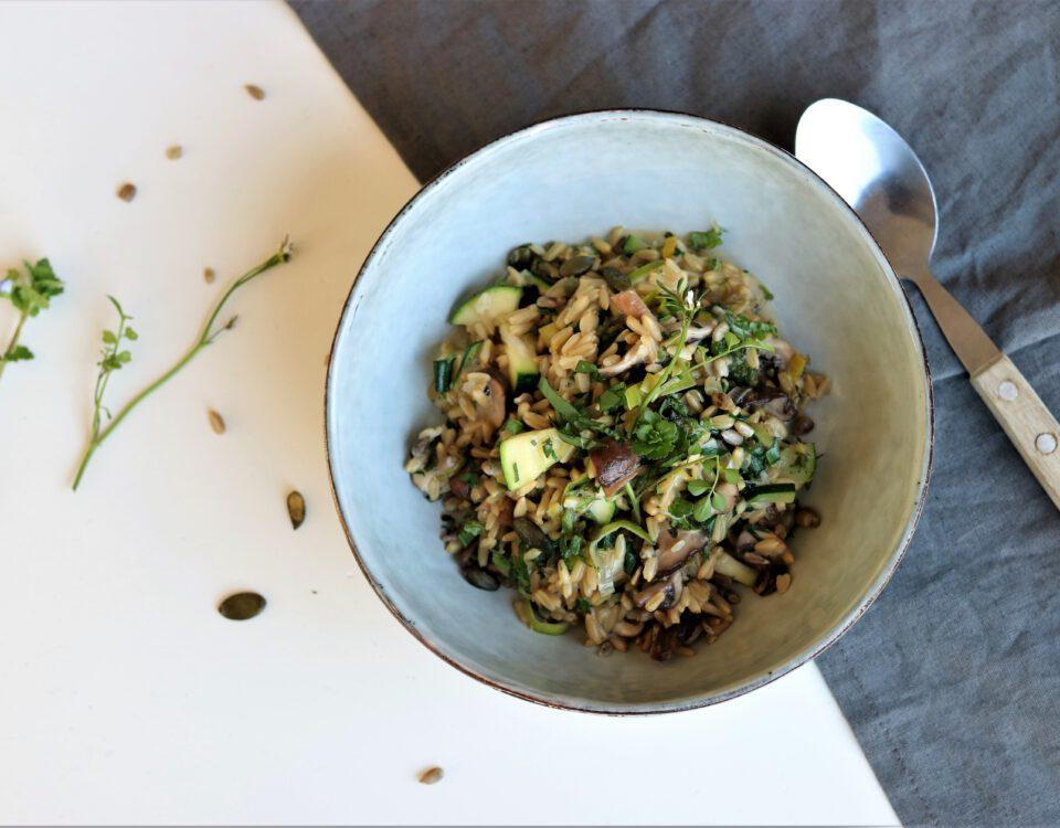 Naakte haverrisotto met paddenstoelen en onkruid