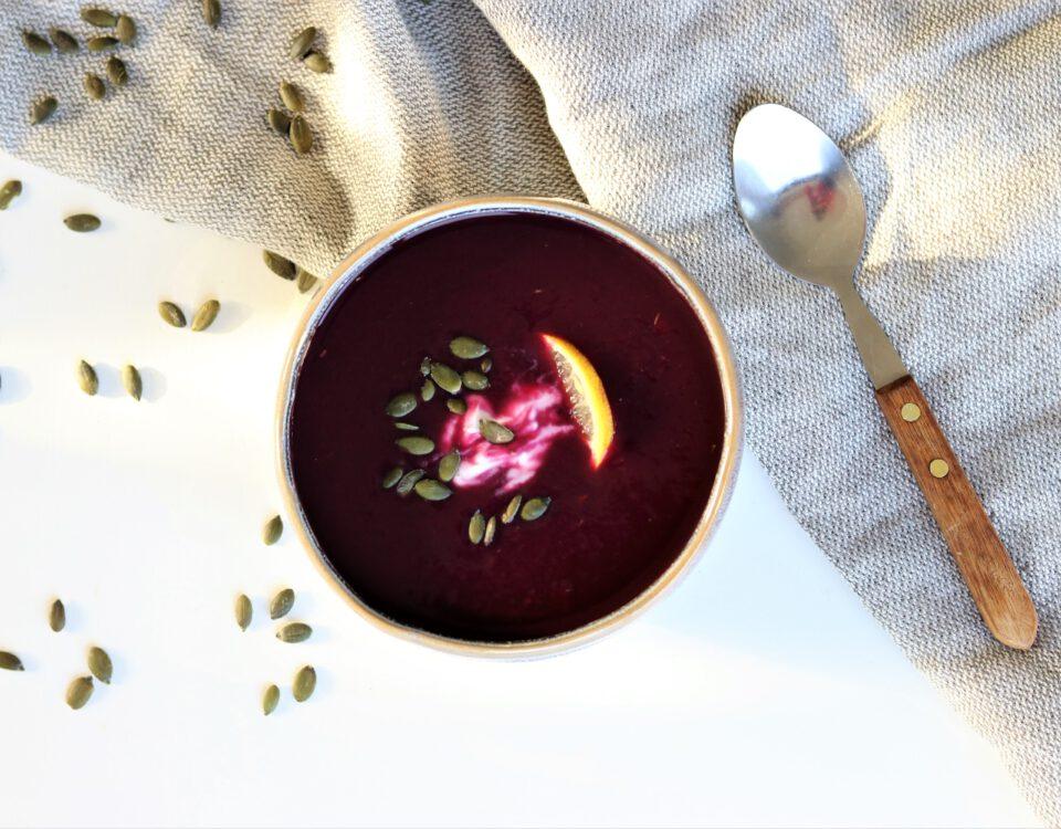 Paarse bataat- en wortelsoep