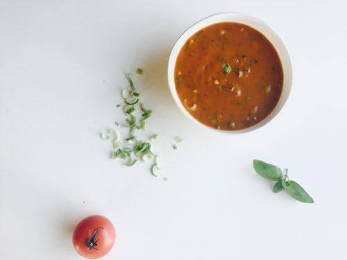 soep van zoete aardappel, tomaat en kruiden